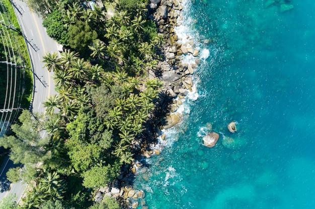 Vista aérea da curva da estrada à beira-mar em phuket tailândia belo litoral e mar aberto na temporada de verão natureza recuperada fundo de ambiente e viagens.