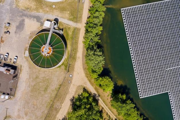 Vista aérea da estação de energia solar flutuar na lagoa perto do tanque de recirculação e sedimentação