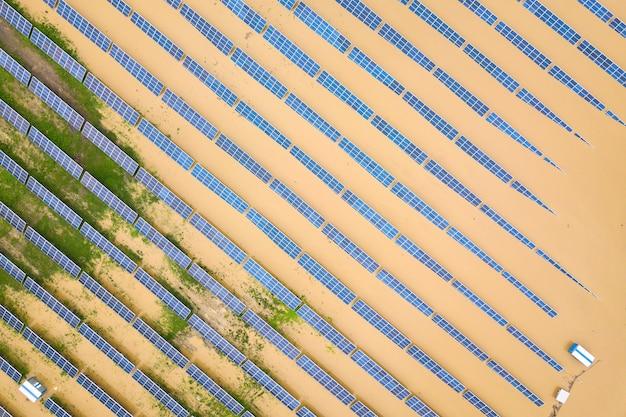 Vista aérea da estação de energia solar inundada com água suja do rio na estação das chuvas.