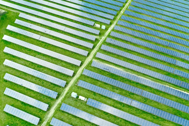 Vista aérea da estação de energia solar no campo verde para geração de energia solar