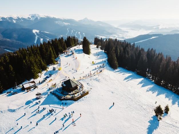 Vista aérea da estação de esqui com cópia do espaço nas encostas