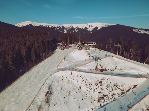 Vista aérea da estação de esqui com encostas cópia espaço pôr do sol