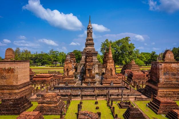 Vista aérea da estátua antiga da buda no templo de wat mahathat no parque histórico de sukhothai, tailândia.