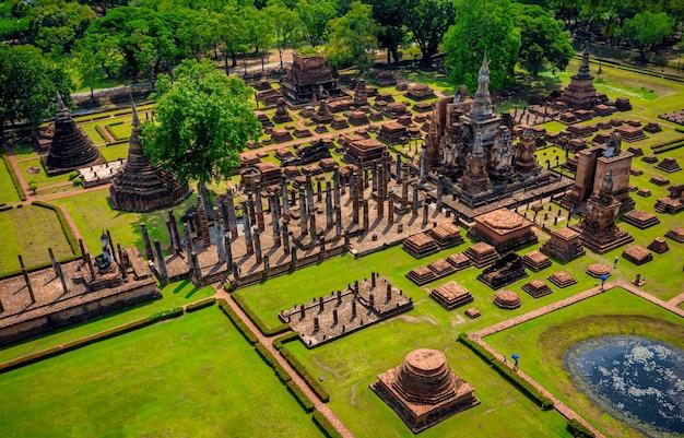 Vista aérea da estátua do buda antigo no templo wat mahathat no parque histórico de sukhothai, tailândia.