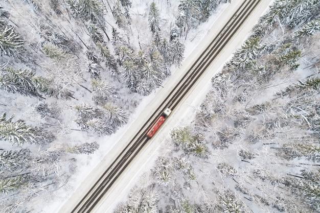 Vista aérea da estrada na floresta de inverno