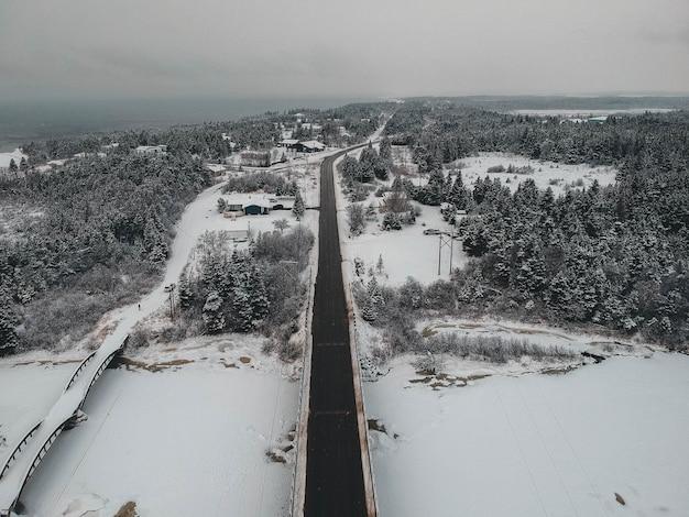Vista aérea da estrada no inverno
