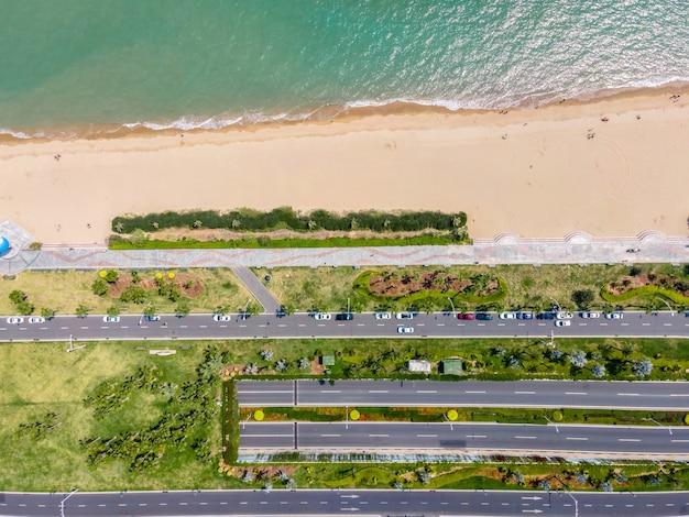 Vista aérea da estrada perto do mar
