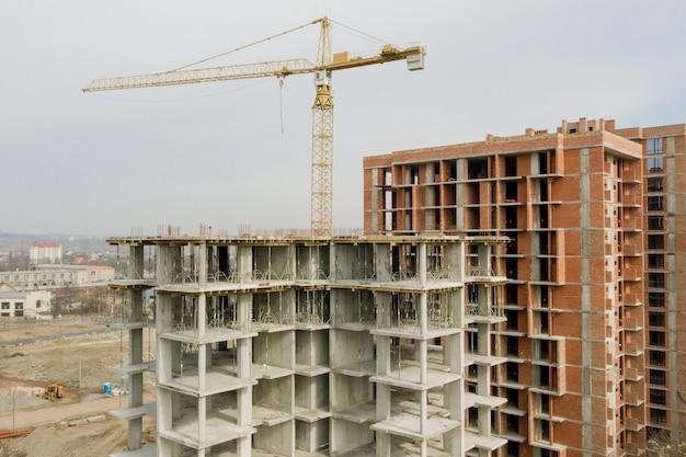 Vista aérea da estrutura de concreto do prédio alto em construção em uma cidade