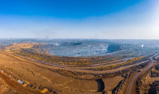 Vista aérea da fábrica de mineração do sul, pedreira na ucrânia