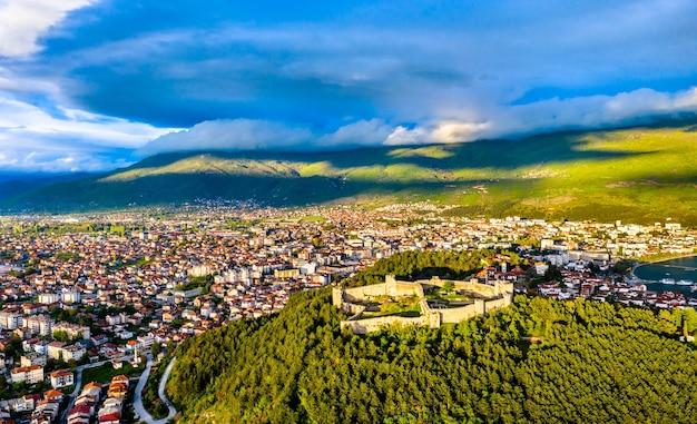 Vista aérea da fortaleza de samuel em ohrid, na macedônia do norte