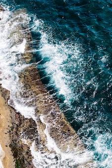 Vista aérea da foto aérea do zangão voador de uma maravilhosa paisagem do mar com água turquesa. contexto perfeito do site