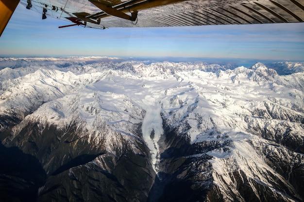 Vista aérea da geleira e dos picos das montanhas nevadas franz josef nova zelândia
