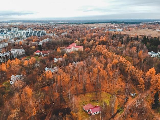 Vista aérea da habitação suburbana na floresta de outono. são petersburgo, rússia.