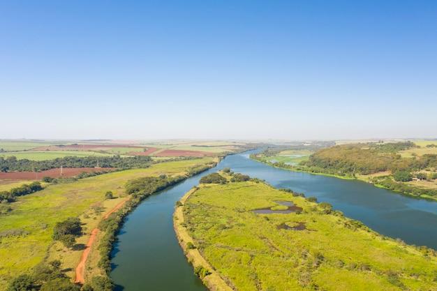 Vista aérea da hidrovia no rio tietê, na cidade de bariri, no estado de são paulo - brasil