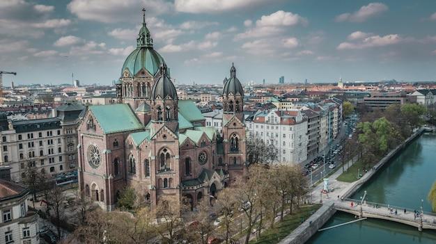 Vista aérea da igreja de st. lukas em munique, alemanha.