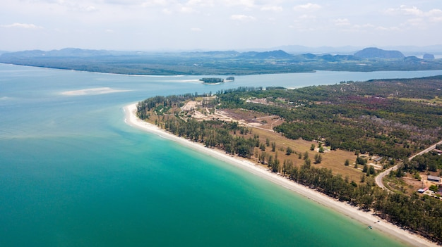 Vista aérea da ilha de lanta noi e lanta isaland ao sul da tailândia província de krabi