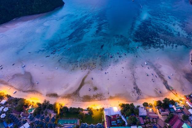 Vista aérea da ilha de phi phi à noite krabi tailândia