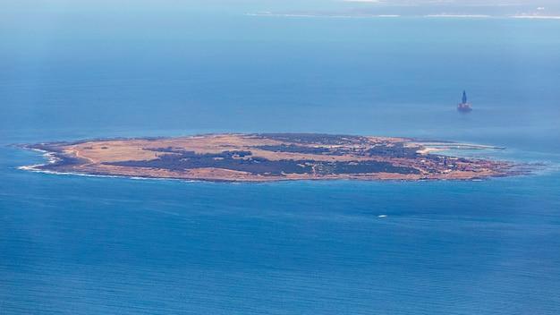 Vista aérea da ilha de robben. localização da prisão mais famosa da áfrica do sul