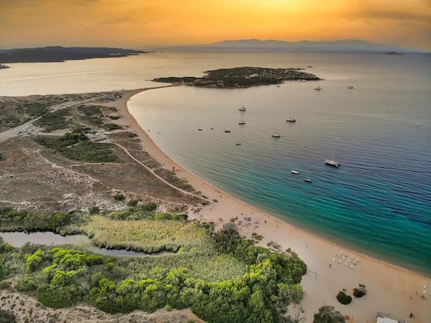 Vista aérea da ilha dei gabbiani porto pollo ao pôr do sol