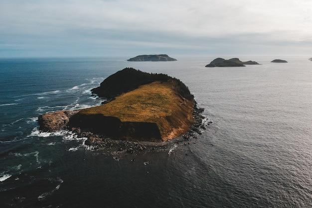 Vista aérea da ilha nas ondas do mar