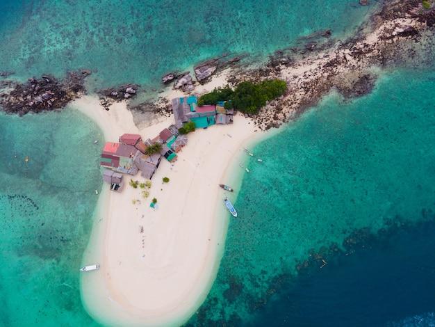 Vista aérea da ilha no mar