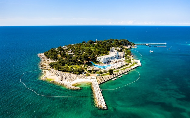 Vista aérea da ilha sveti nikola perto de porec, croácia