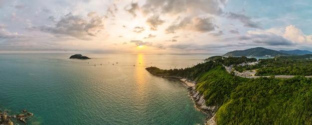 Vista aérea da ilha tropical ao pôr do sol