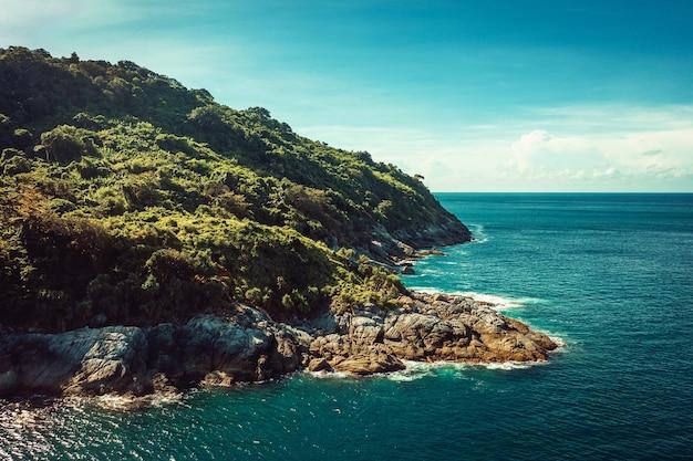 Vista aérea da ilha tropical no mar