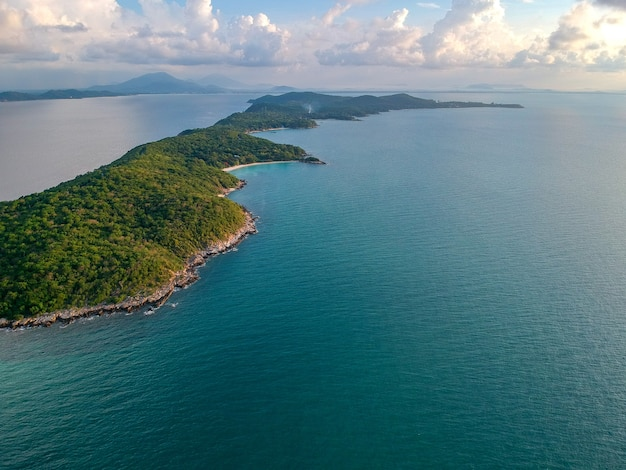 Vista aérea da ilha verde com lindo mar, kha samet, tailândia