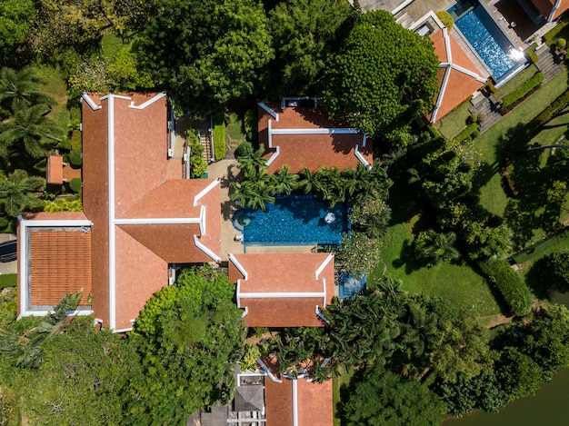 Vista aérea da imagem drone de vivenda de luxo piscina