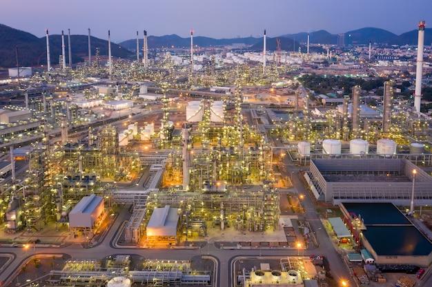 Vista aérea da indústria de petróleo e gás - refinaria, filmado do drone da refinaria de petróleo e da planta petroquímica no crepúsculo, bangkok, thailan