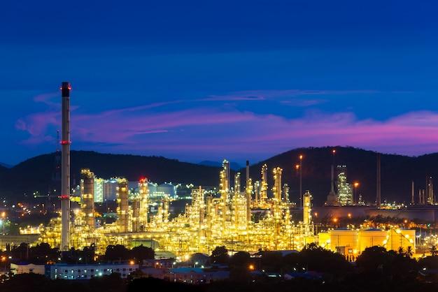 Vista aérea da indústria de petróleo e gás - refinaria no crepúsculo