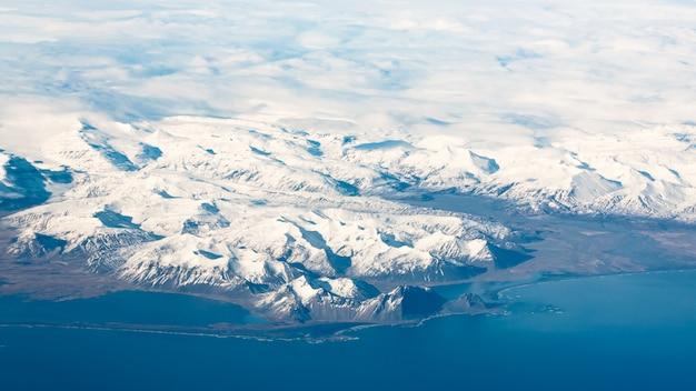 Vista aérea da janela do avião de vestrahorn stokksness