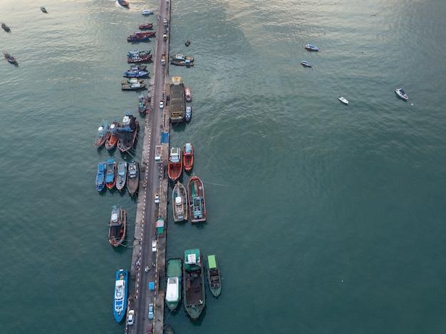 Vista aérea da logística e transporte, doca do cais.
