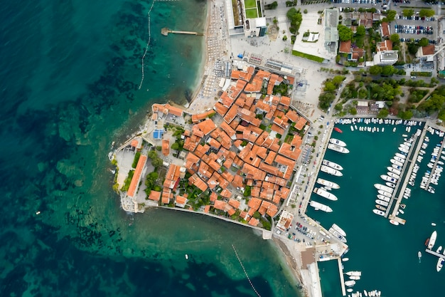 Vista aérea da marina de budva em montenegro