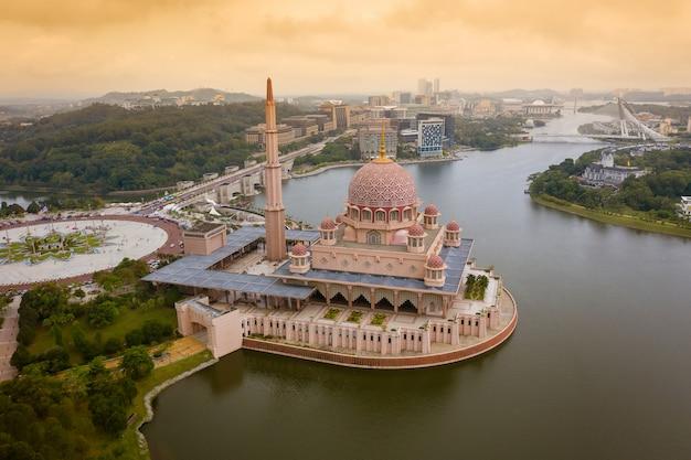 Vista aérea da mesquita de putra com a cidade de putrajaya