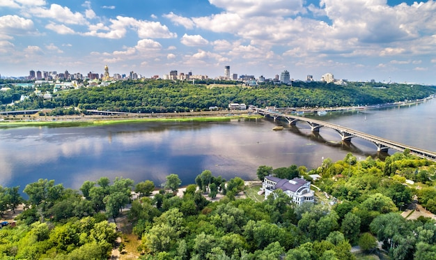 Vista aérea da metro bridge sobre o rio dnieper em kiev, capital da ucrânia