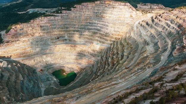 Vista aérea da mina de cobre em rosia poieni, na romênia