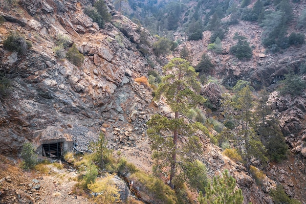 Vista aérea da mina de cromita abandonada nas montanhas troodos, chipre
