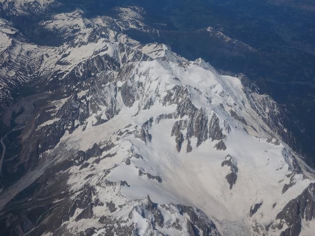 Vista aérea da montanha dos alpes