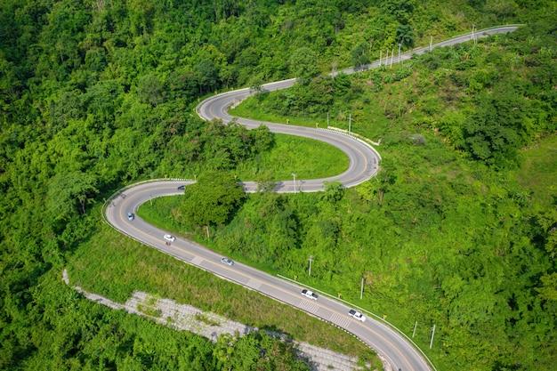 Vista aérea da montanha e da estrada para phu thap boek pela manhã. phetchabun tailândia.