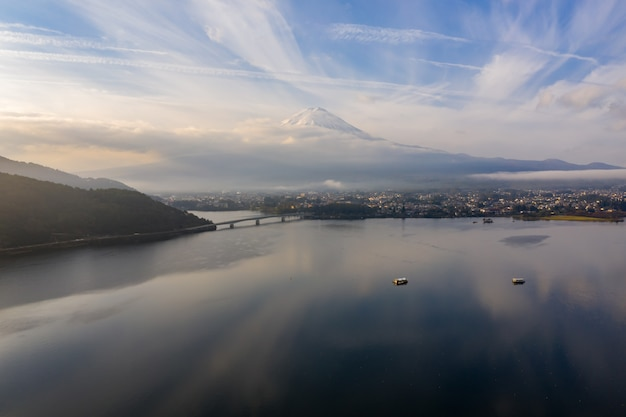 Vista aérea da montanha fuji no lago japão kawaguchi na manhã do outono na alta altitude.