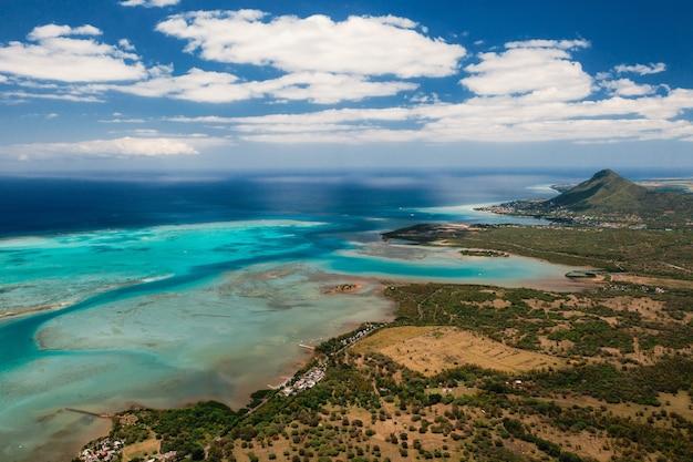 Vista aérea da montanha le morne brabant, que está na lista do patrimônio mundial da unesco.