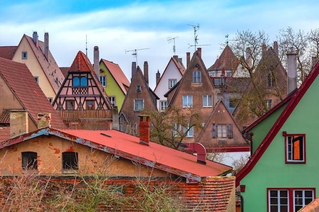 Vista aérea da muralha da cidade de fachadas coloridas pitorescas e telhados da cidade velha medieval, rothenburg ob der tauber, baviera, alemanha