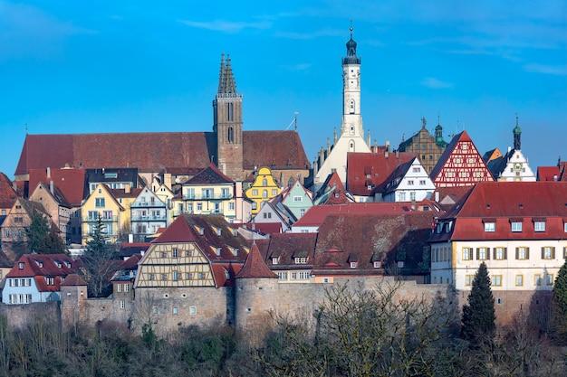 Vista aérea da muralha da cidade, fachadas pitorescas e coloridas e telhados da cidade velha medieval de rothenburg ob der tauber, baviera, alemanha
