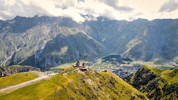 Vista aérea da natureza com drones na geórgia, montanhas do cáucaso, igreja da trindade gergeti