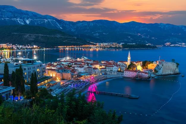 Vista aérea da noite da cidade velha de budva, montenegro.