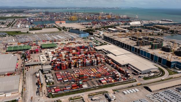Vista aérea da paisagem, armazém de contêineres da área industrial e porto de embarque internacional