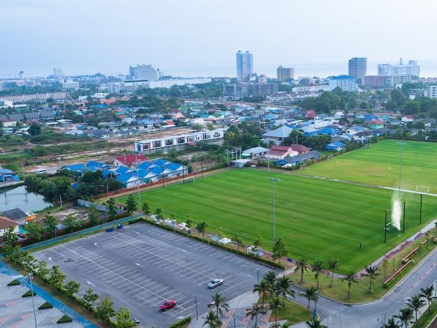 Vista aérea da paisagem cênica da cidade com céu nublado