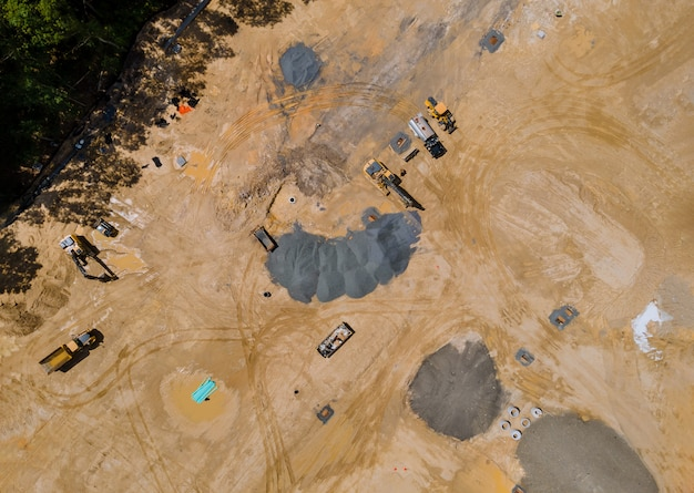 Vista aérea da paisagem da construção na preparação da obra para a nova construção